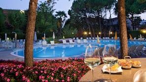 2 piscine coperte, 3 piscine all'aperto, ombrelloni da piscina, lettini