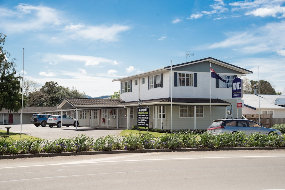 Book colonial on gladstone gisborne hotel deals for Colonial palms motor inn