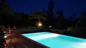 Piscina stagionale all'aperto, una piscina a sfioro