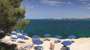 In Strandnähe, Liegestühle, Sonnenschirme, Volleyball