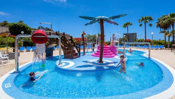 2 piscinas al aire libre (de 9:30 a 18:00), sombrillas, tumbonas