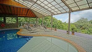 2 piscinas al aire libre (de 7:00 a 21:30), sombrillas