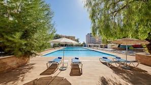 야외 수영장, 09:00 ~ 18:00 오픈, 수영장 파라솔, 일광욕 의자