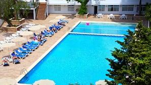 Una piscina al aire libre (de 9:00 a 18:00), sombrillas, tumbonas