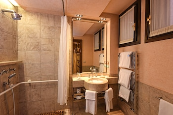 Superior Double or Twin Room - Bathroom