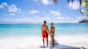 Am Strand, weißer Sandstrand, Strandtücher, Schnorcheln
