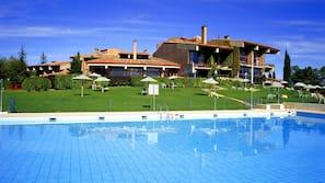 Una piscina al aire libre de temporada (de 10:00 a 20:30), sombrillas