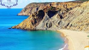 Plage à proximité, parasols, serviettes de plage, yoga sur la plage