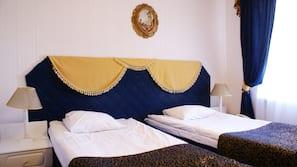 Tallelokero huoneessa, työpöytä, vuodevaatteet