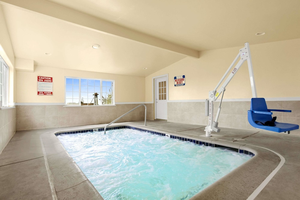 Indoor Spa Tub, Days Inn by Wyndham San Simeon