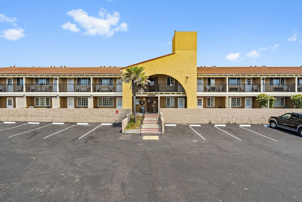 Front of Property, Days Inn by Wyndham San Simeon