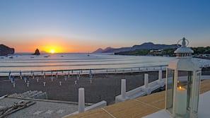 Spiaggia privata, sabbia scura, lettini da mare, ombrelloni