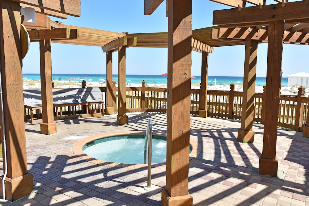 Outdoor Spa Tub, Pelican Beach Resort & Conference Center
