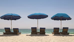 海灘、白沙、小屋 (收費)、躺椅