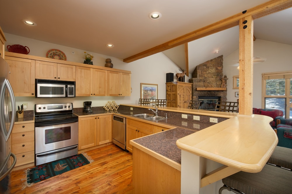 Moose creek by jhrl in jackson hole hotel rates for Kitchen jackson hole