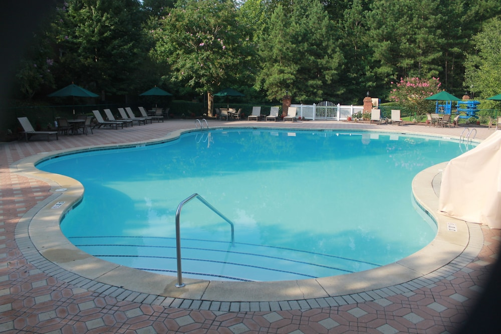 Outdoor Pool, King's Creek Plantation