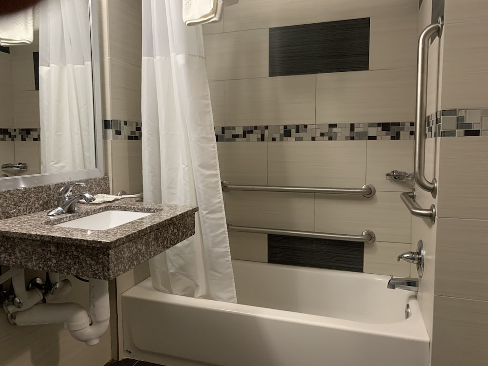 Bathroom Amenities, Red Carpet Inn Elmwood Park