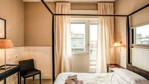 书桌、遮光窗帘、熨斗/熨板、免费婴儿床