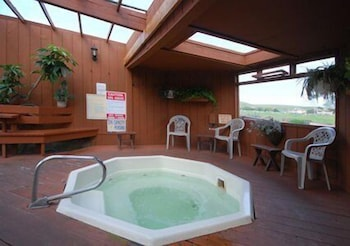 Outdoor Spa Tub, Quality Inn near Hearst Castle