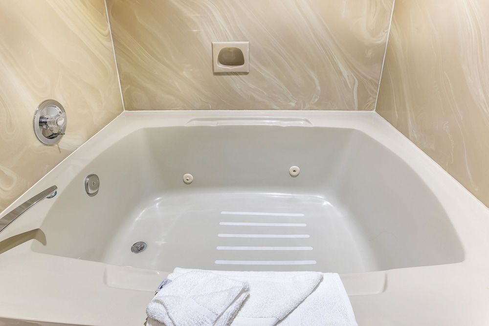 Deep Soaking Bathtub, Quality Inn near Hearst Castle