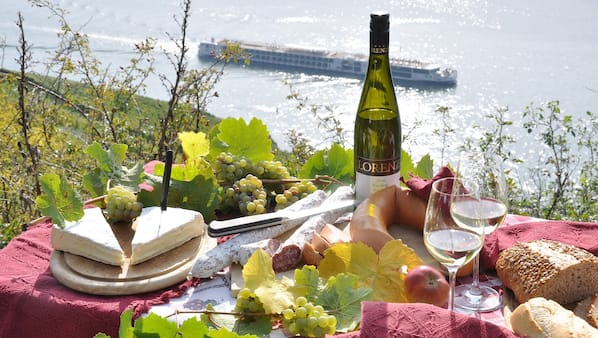 Breakfast, lunch and dinner served, German cuisine, ocean views