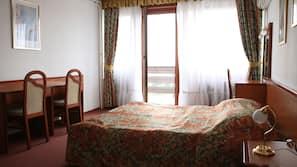 迷你吧、保險箱、書桌、窗簾