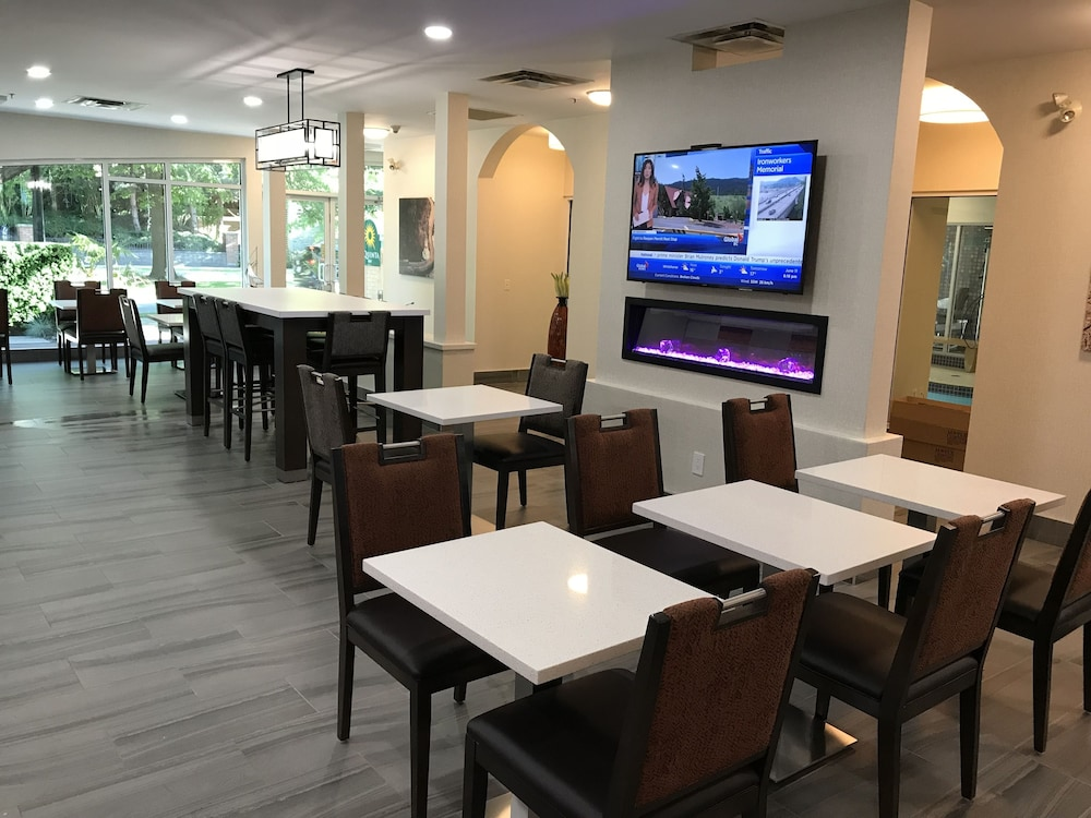 Breakfast Area, La Quinta Inn by Wyndham Vancouver Airport