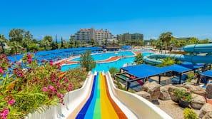 3 buitenzwembaden, een aquatisch centrum, parasols voor strand/zwembad