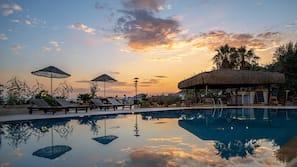 Außenpool, Cabañas (kostenlos), Sonnenschirme