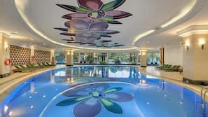 Een binnenzwembad, 5 buitenzwembaden, zwembadcabana's (toeslag)