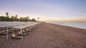 Privat strand, vattenskidåkning, windsurfing och volleyboll