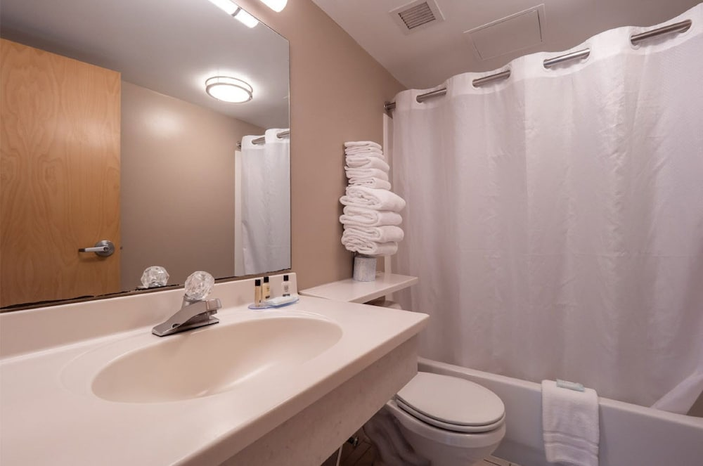 Bathroom, Atlantic Sands Hotel & Conference Center