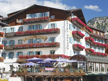 Cortina d 39 ampezzo historic centre vacations 2017 package for Hotel meuble oasi