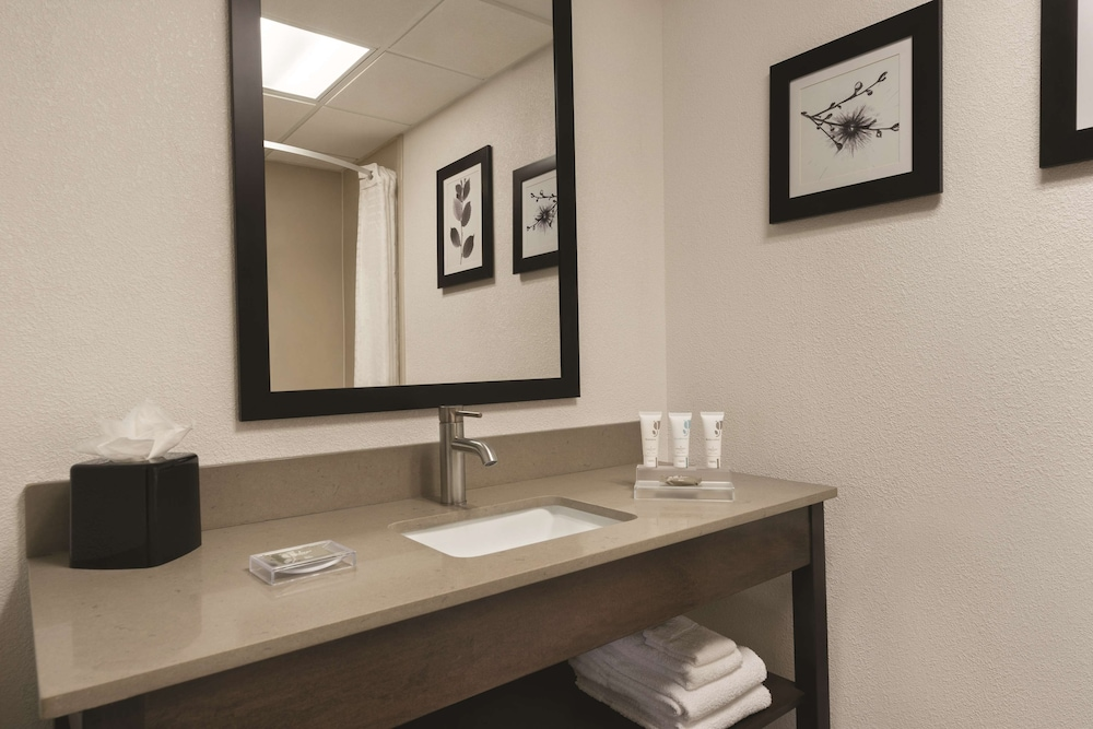 Bathroom, Country Inn & Suites by Radisson, Raleigh-Durham Airport, NC