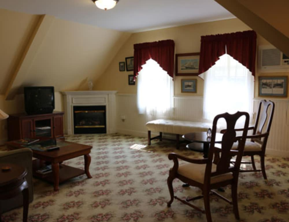 Living Area, Kearsarge Inn