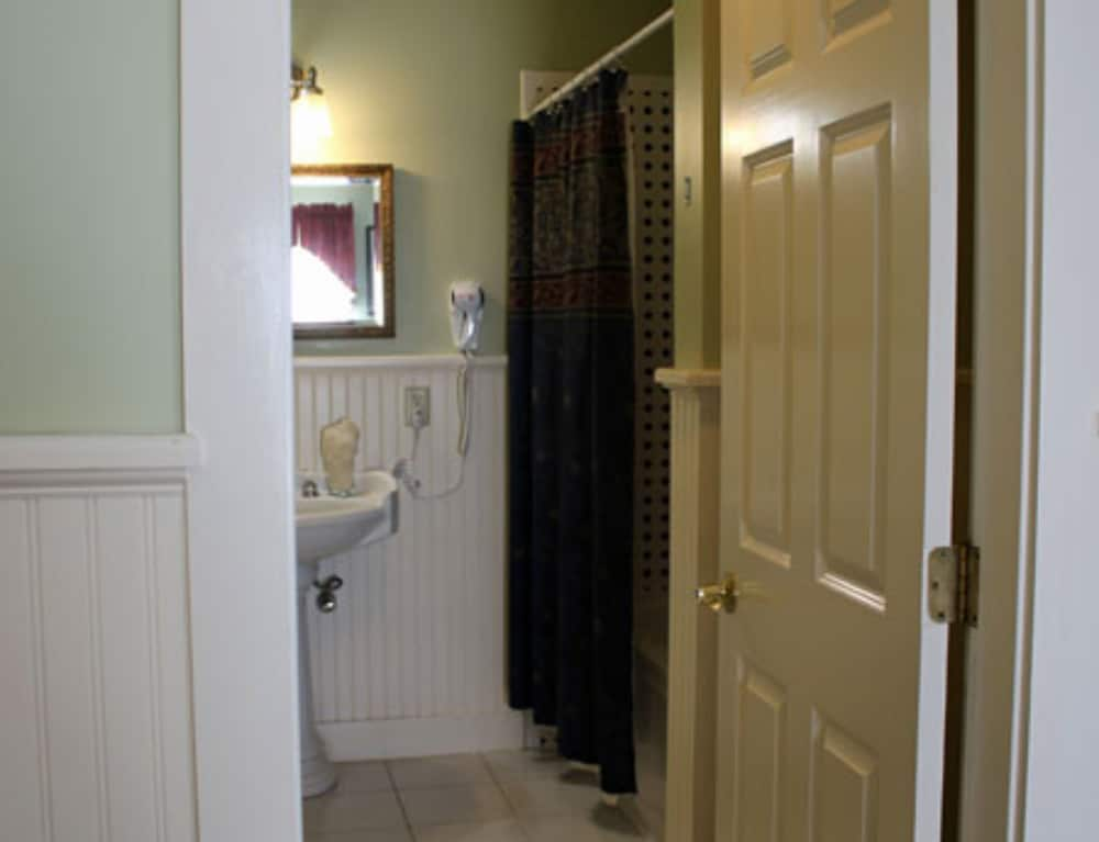 Bathroom, Kearsarge Inn