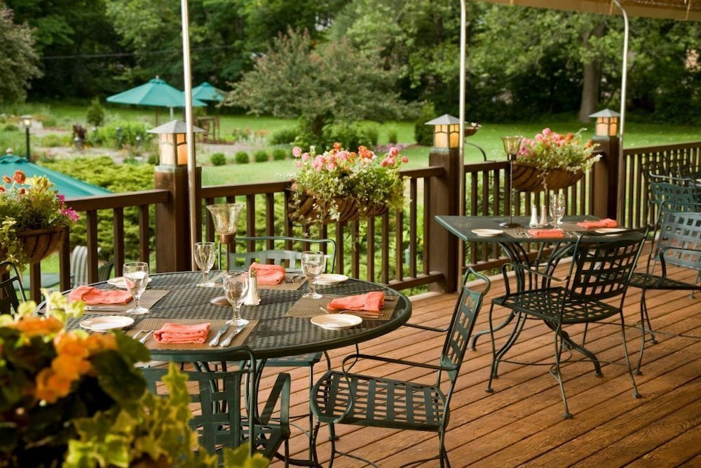 Outdoor Dining, The Settlers Inn