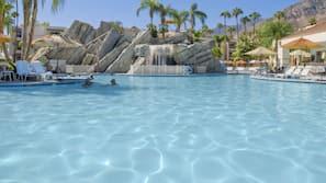 2 개의 야외 수영장, 08:00 ~ 22:00 오픈, 수영장 파라솔, 일광욕 의자