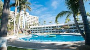 2 piscines extérieures, parasols de plage