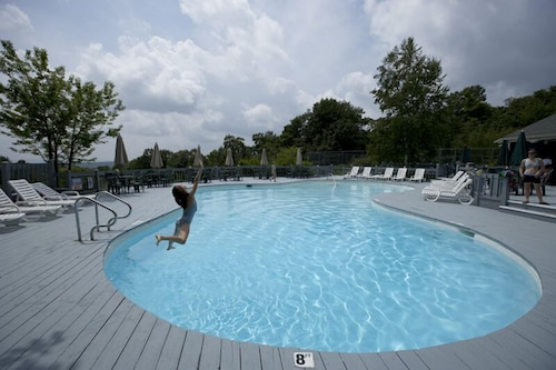 Outdoor Pool, Steele Hill Resorts