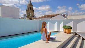 Una piscina al aire libre de temporada (de 12:00 a 21:00), sombrillas