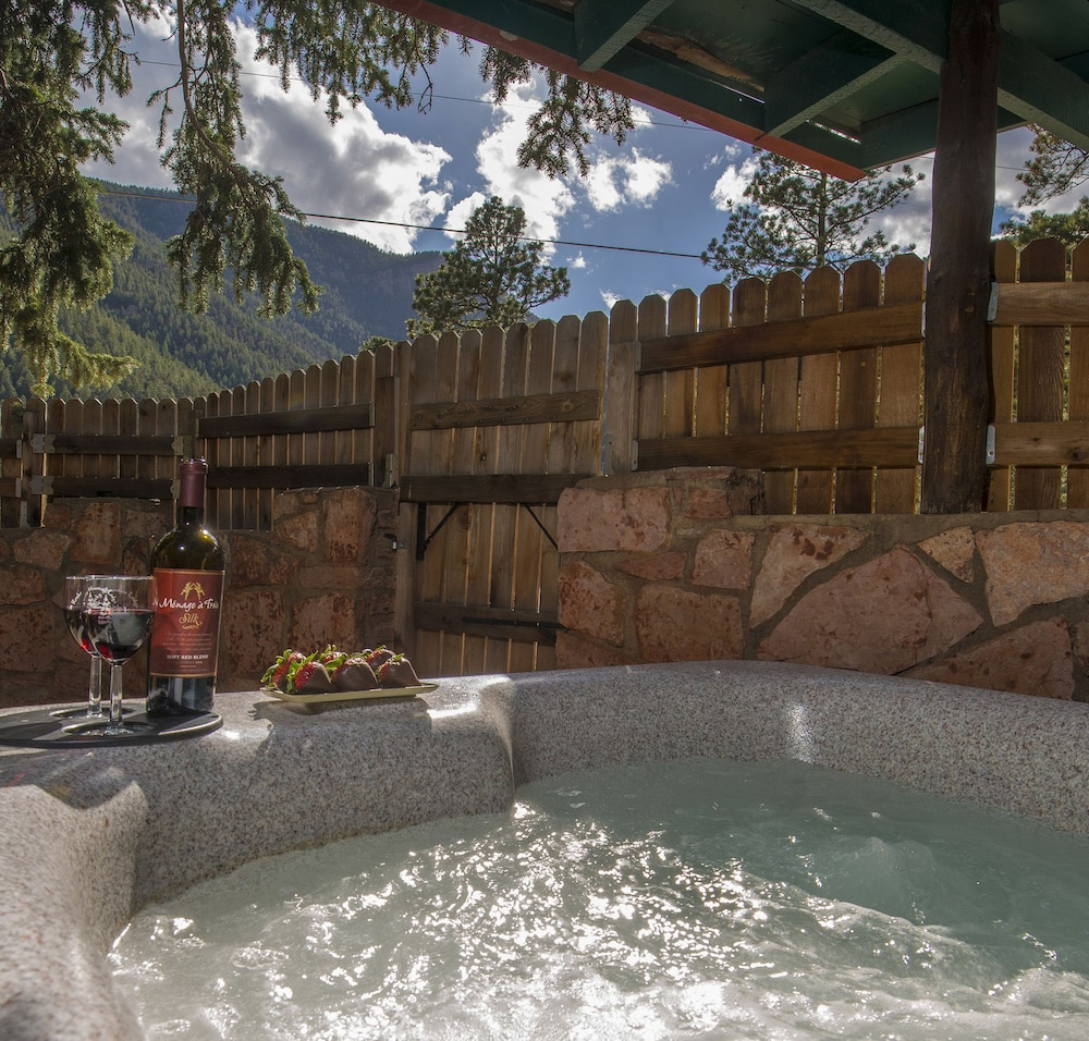 Book rocky mountain lodge cabins cascade hotel deals for Rocky mountain lodges