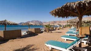 Privatstrand, Sonnenschirme, Strandtücher, Massagen am Strand