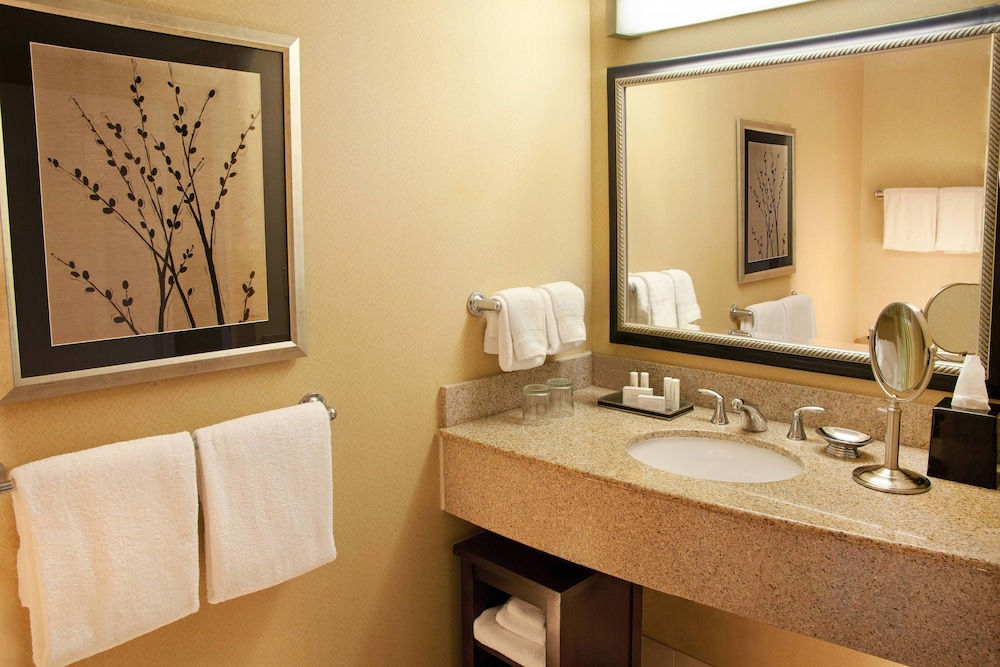 Bathroom, Courtyard by Marriott Seattle Bellevue/Downtown