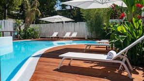 Una piscina al aire libre de temporada (de 10:00 a 19:00), sombrillas