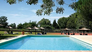 Una piscina al aire libre de temporada (de 7:00 a 20:00), sombrillas
