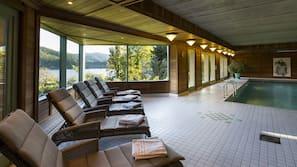 Piscine intérieure, accès possible de 8 h à 20 h, chaises longues