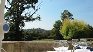 Petit-déjeuner, déjeuner et dîner servis sur place, vue sur le jardin