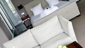 Een minibar, een bureau, babybedden, extra bedden
