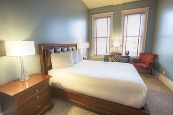 Deluxe Room, 1 Queen Bed - Guestroom